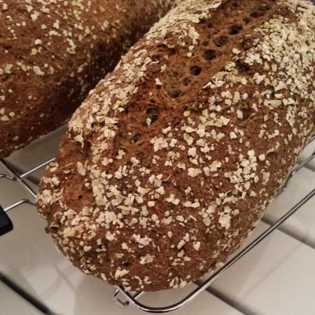 Les pains au levain sans gluten sont cuits et refroidissent sur une grille