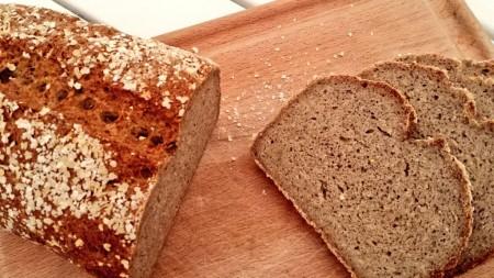 Le pain au levain sans gluten a refroidi toute la nuit, à taaaable !