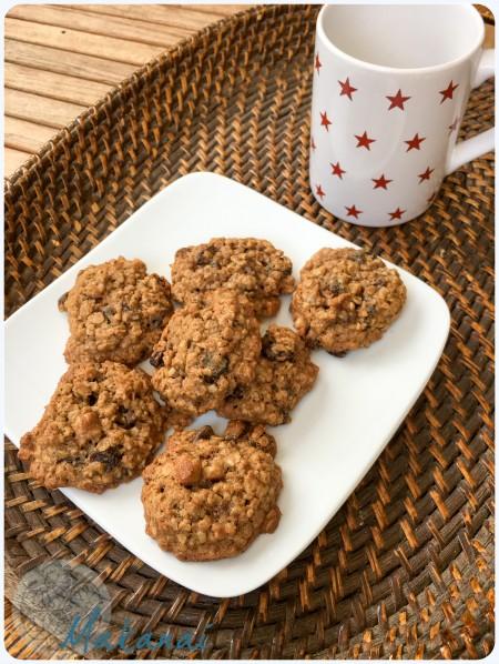 Assiette de cookies aux flocons d'avoine et raisins
