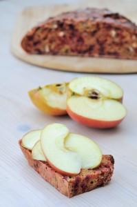 Pain aux betteraves et tranches de pommes crues