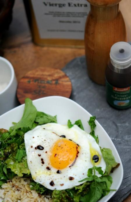 Assiette végétarienne express : oeuf au plat, légumes verts, mélange de céréales
