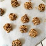Boules de cookies aux flocons d'avoine et raisins sur plaques de cuisson