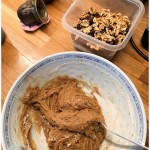 Mélangez les ingrédients pour les cookies aux flocons d'avoine et raisins