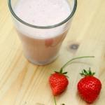 Verre de lait d'avoine crémeux aux fraises